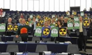 Първоначалната идея за постоянните хранилища е на зелените. Тук парламентарната им група протестира срещу ядрената енергетика в Страсбург. Снимка: Европейски парламент