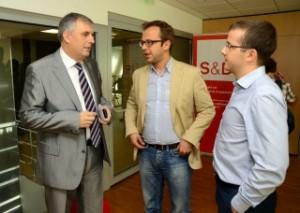 Ивайло Калфин с шефа на информационното бюро на Европарламента в София Теодор Стойчев (в средата) преди представянето на изследването. Снимка: mvmgroup