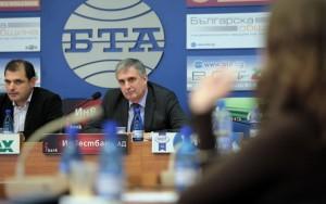 Ивайло Калфин и ръководителят на проекта Иво Инджов информират за резултатите от проучването. Снимка: Иван Стоименов