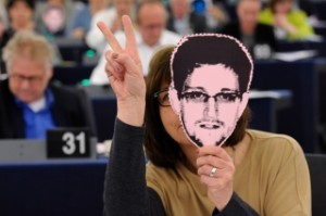Евродепутатите с маски на Сноудън при по време на дебата за подслушването на граждани от САЩ. Снимка: Европейски парламент