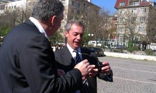 Калфин дари Фараж с часовник да му напомня, че бърка за българите