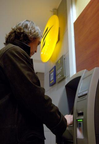 Един от десет страни от банките