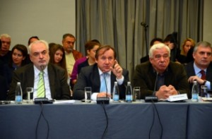 Волфганг Бурчер (в центъра обяснява възможности за инвестиции в наука. Снимка: MVM Group